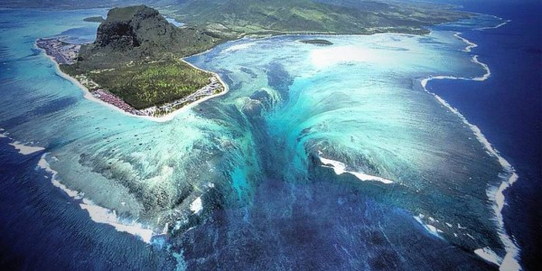 3270-unusual-underwater-waterfall-globe-traveling
